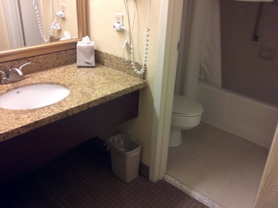 Holiday Inn Long Beach Airport Hotel: 1 of 2 bathrooms and are identical
