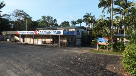 Tropical Hibiscus Caravan Park: the entrance to the park