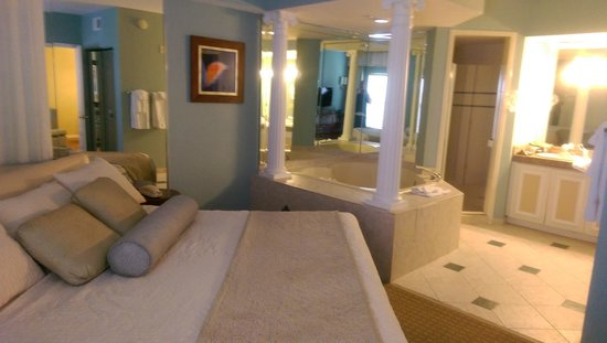 Star Island Resort and Club : Bedroom and Bubble Tub