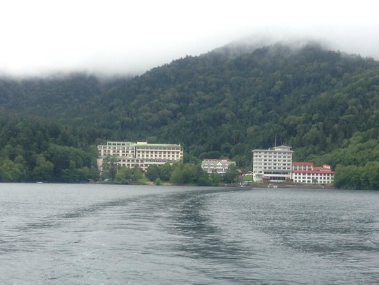 Shikaribetsu Lake : 遊覧船から温泉街を望む
