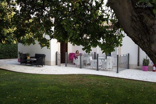 Hotel Principe di Fitalia Wellness & SPA: L'entrata della nostra camera con vista sul giardino.