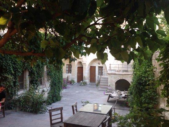 Dervish Cave House : Il cortile dell'hotel.
