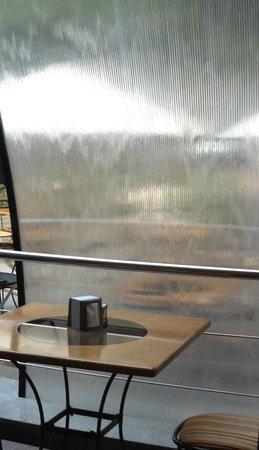 Grand cafe Apelsin: Элегентная водичка текущая по стеклу
