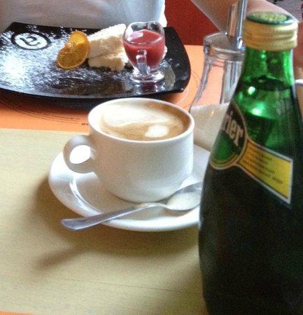Grand cafe Apelsin: Сладкий чизкейк с малиновым вареньем