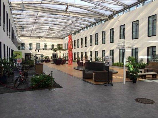 Mercure Hotel MOA Berlin: Artrium der Lobby