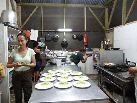 Anaconda Lodge Ecuador: Silvia supervising the Meal!
