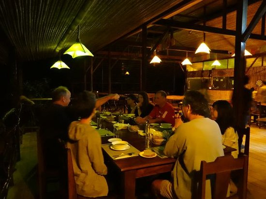 Anaconda Lodge Ecuador: Everybody sharing the same Table for Dinner, Italy, U.S.A., France and Singapore!