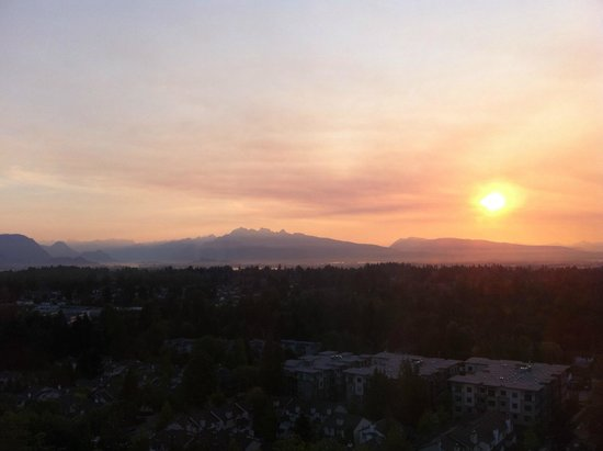 Sheraton Vancouver Guildford Hotel: Sunrise from my 18th floor mountain view room