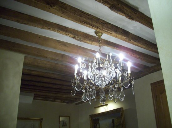 Hotel Luxembourg Parc: Chandelier and Beamed ceilings