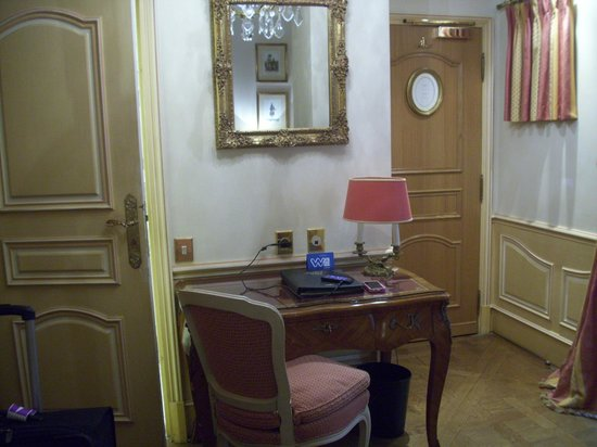 Hotel Luxembourg Parc: Nice desk in rooms