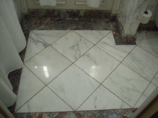Hotel Luxembourg Parc : Beautiful marble in bathrooms
