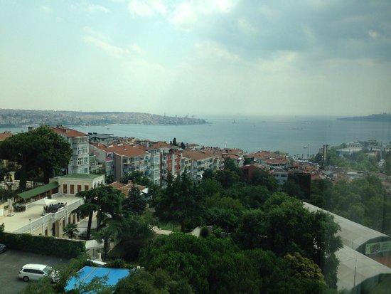 Conrad Istanbul Bosphorus: 部屋の窓からの眺望