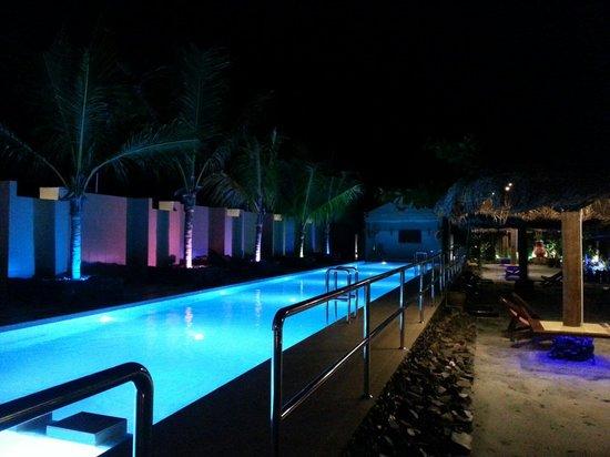 Airis Sanctuary Resort : La piscine de nuit