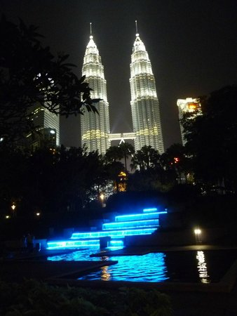 Traders Hotel, Kuala Lumpur : View from outside the hotel