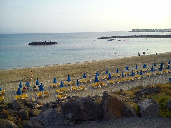 H10 Sentido White Suites: a 3 minutos del hotel. Pequeña playa pero cabemos todos.