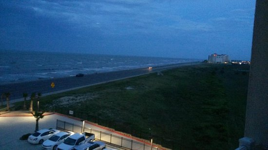 Courtyard by Marriott Galveston Island : Ocean view looking west on Seawall Blvd