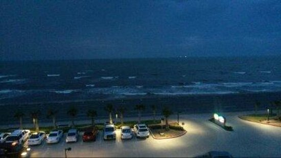 Courtyard by Marriott Galveston Island : Ocean view from the room during the evening
