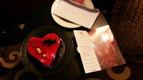 Cornelia Diamond Golf Resort & Spa: Odaya gelen doğum günü pastası :)