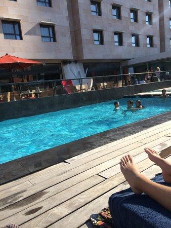 New Hotel Of Marseille: Poolen fra anden side. Restaurant med terrasse overfor