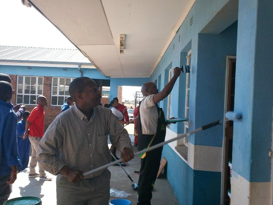 Bochum, Sudáfrica: repainting a school near the Makgabeng Lodge