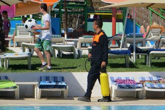Thalassa Sousse Resort & Aquapark : Bug Spraying near children and in between loungers