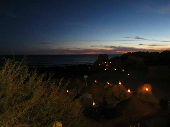 Restaurante Praia Lourenco : Les lampions allumés à la nuit tombée.