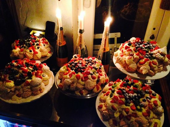 Megans Café & Grill: Candle-lit desserts. A world away from the hustle and bustle of the city.