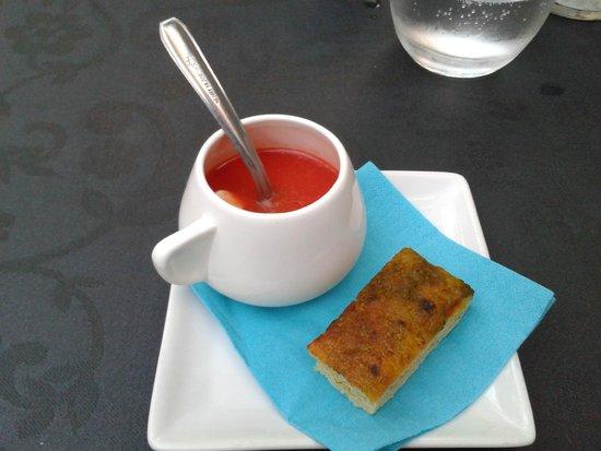 La Romana : Mise en bouche : gaspacho tomate, pastèque accompagné d'une fougasse