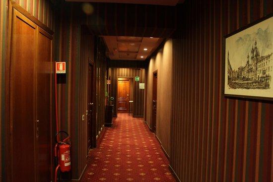 Atlante Garden Hotel: Коридор