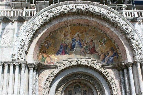 Basilique Saint-Marc : Genieten van de historische schoonheid.