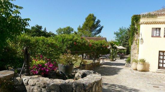 Moulin de la Camandoule: Le parc et la terrasse du restaurant