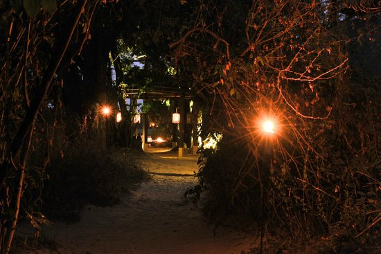 Sindabezi Island : Nightime candles & lanterns