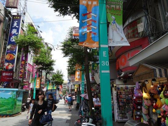 Ximen Red House - Ximending: にぎやかな通りにたくさんのお店があります