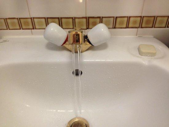 The Hotel Broughty Ferry: Wasserhahn mit 2 Wasserstrahlen ;-)