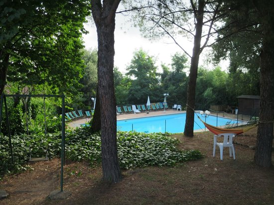 Hotel Ristorante La Pergoletta: Shaded area and pool