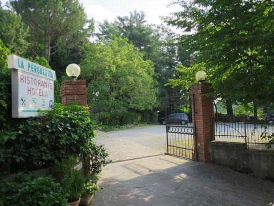 Hotel Ristorante La Pergoletta: Entrance from the street