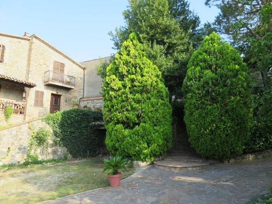 Hotel Ristorante La Pergoletta: Path from parking area to hotel