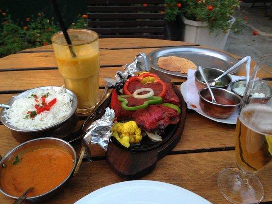 Haveli: Hähnchenkeulen aus dem Tonofen mit Basmati-Reis, Mango-Lassi