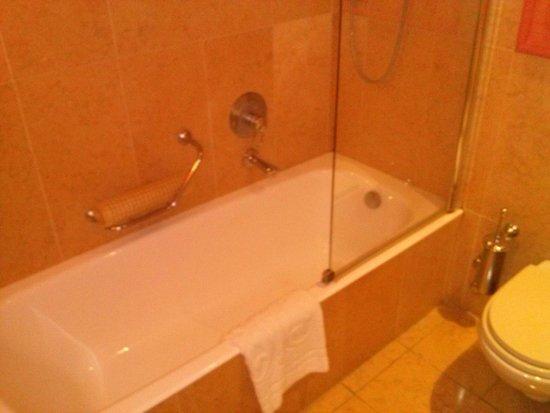 Vasca Da Bagno Per Hotel : Vasca da bagno molto accogliente con kit fornito dall hotel foto