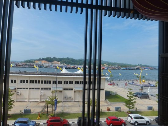 Phongmun Restaurant Sdn. Bhd: View of Kampong Ayer from restaurant's windows