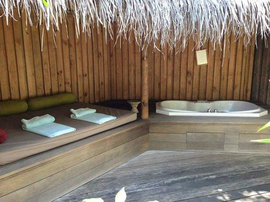 Kuredu Island Resort & Spa: Jacuzzi des villas