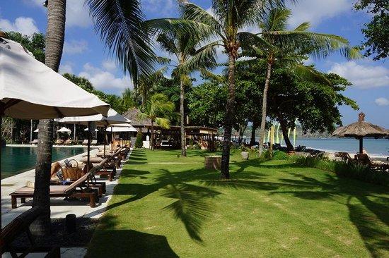 Belmond Jimbaran Puri: Poolside with beach ath the hotel