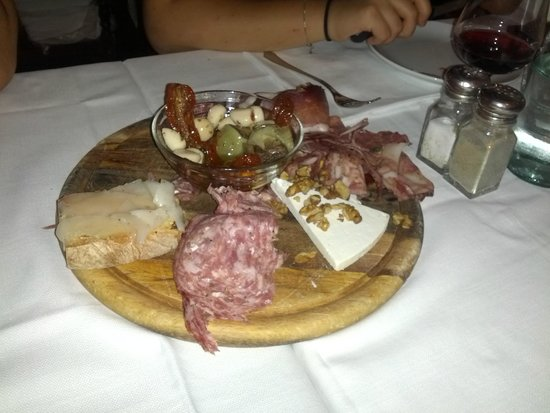 Antica Trattoria da Tito: Selection of cheeses and cold cuts, with marinated garlic, peppers and artichoke