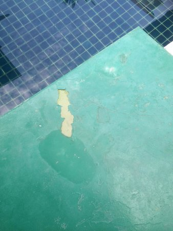 The Briza Beach Resort Samui : The peeling paint work on the flooring around the pool in one of the Srivijaya Pool Villa which