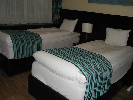 Ibis Styles Stockholm Jarva: Twin beds - one right next to the wall