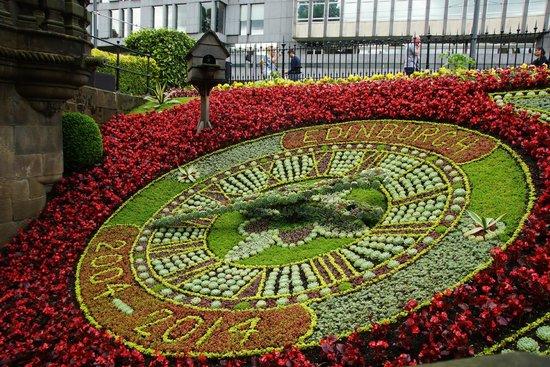 Jardines de la Calle de los Príncipes: Clock in beauriful succulents and flowers