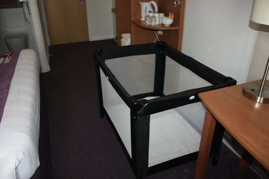 Premier Inn Chester Central (South East) Hotel: Cot facilities