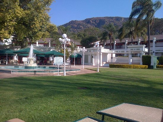 Royal Swazi Spa: Pool side relaxation
