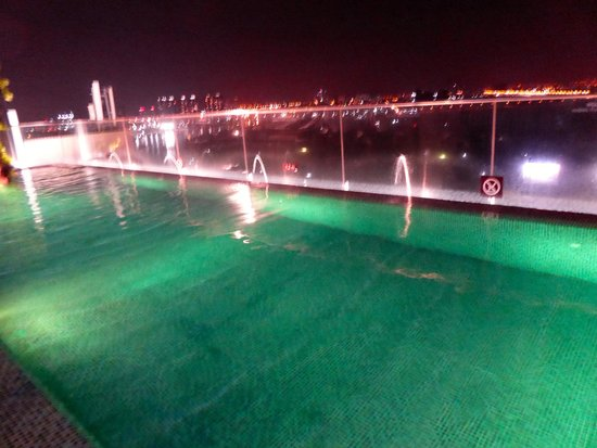 Liberty Central Saigon Riverside Hotel: Rooftop Pool at Night