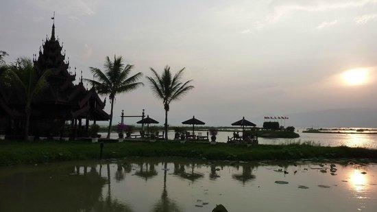 Inle Resort & Spa : Sunset on the lake